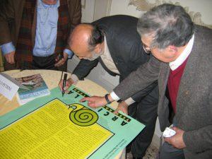 Carlo Pedrini firma di nuovo il manifesto a Vignale. Foto Katrin Walter
