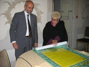 Maurizio Gily e moglie Carla conservano il manifesto di Slowfood rifirmato da tutti i presenti a Vignale. Foto Katrin Walter
