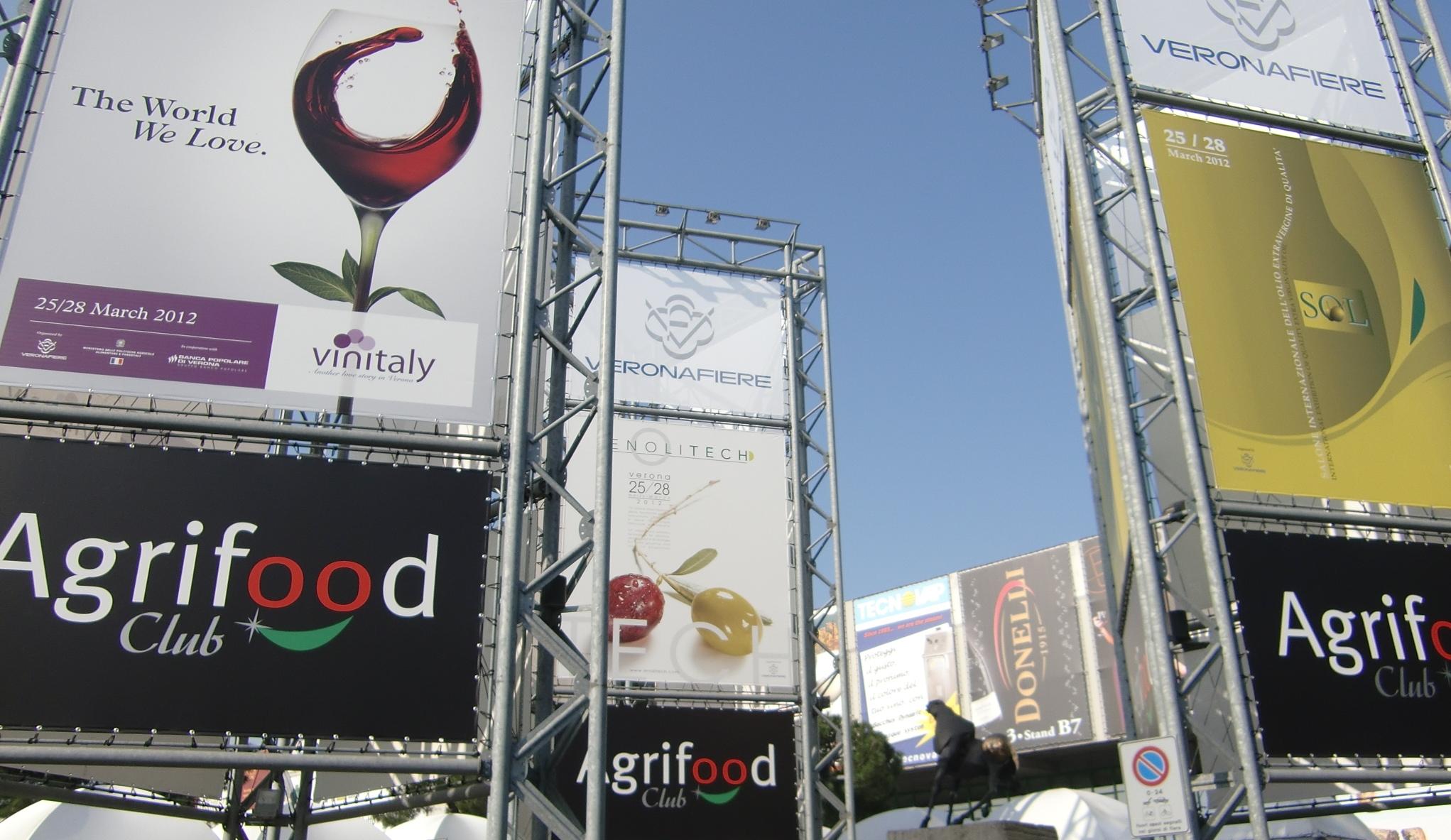 Il marketing per eventi si vede qui negli affissi per la fiera Vinitaly e le sue esposizioni. Foto Katrin Walter.