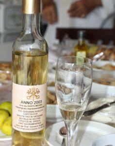Nella foto si vede una bottiglia del vino da messa del SS Giovanni Paolo del 2003