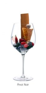Gli aromi del Pinot Nero mostrato con la frutta in un bicchiere. Copyright Foto: Norbert Tischelmayer