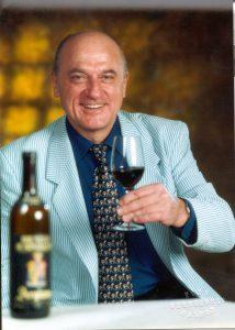 Norbert Tischelmayer, l'autore del glossario con un bicchiere di Brunllo in mano. Copyright Foto: Norbert Tischelmayer