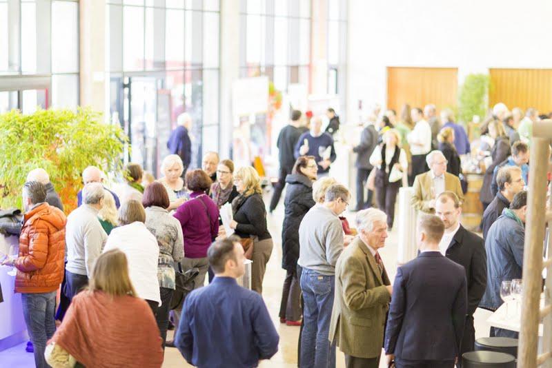 tante persone alla manifestazione (si vede una hall pieno di gente) grazie alla comunicazione e publicità efficace di Wein-Plus con il mondo del vino.