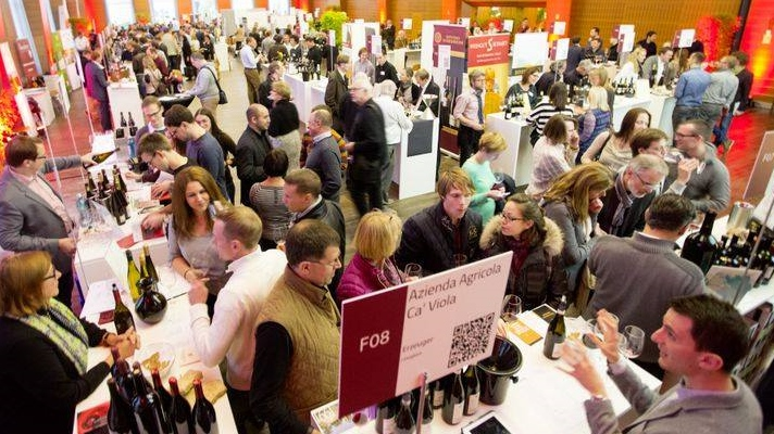 Crowded place con pubblicità efficace in Wein-Plus. Sie vede una massa di gente spingersi tra gli stand degli espositori grazie alla comunicazione efficace tramite Wein-Plus.eu.
