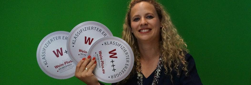 La degustatrice della pregiata guida dei vini Wein-Plus, Lucie Melzer con le sigle di classificazione dei produttori