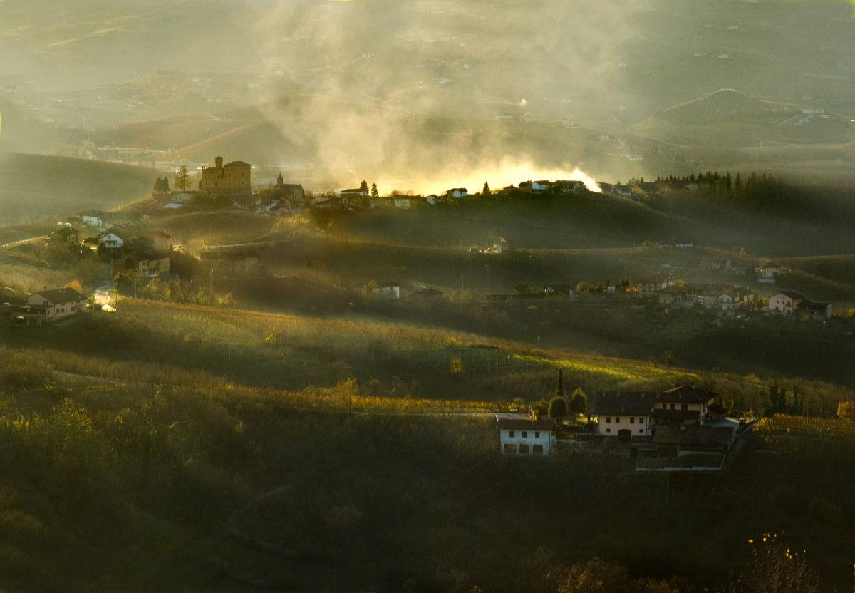 Barolo al tramonto con la siluetta della città. Foto: Consorzio Tutela Barolo Barbaresco Alba Langhe e Dogliani per il BEST OF Barolo 2020 di wein.plus