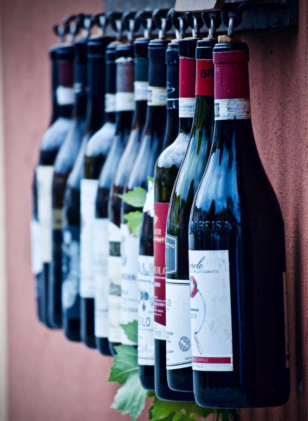 Bottiglie di Barolo bevute e appese.