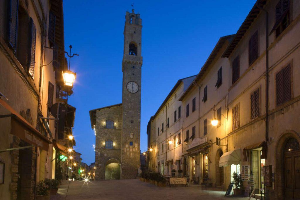 La città di Montalcino notturna. Città da dove viene il Brunello 2015 che abbiamo appena degustato per la pregiata guida Wein-Plus in D. Foto: Consorzio