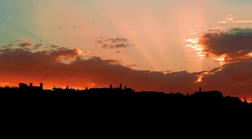 Il cielo sopra Montalcino al tramonto. Foto: Consorzio per Wein-Plus