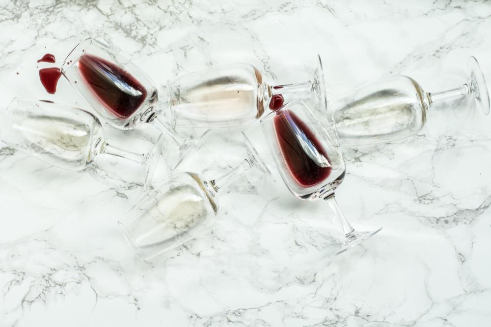 Bicchieri con vino rosso, vino rosato e vino bianco. Illustrazione per le degustazioni della piattaforma del vino wein.plus e il BEST OF Etna. Foto: Alice Pasqual, Unsplash