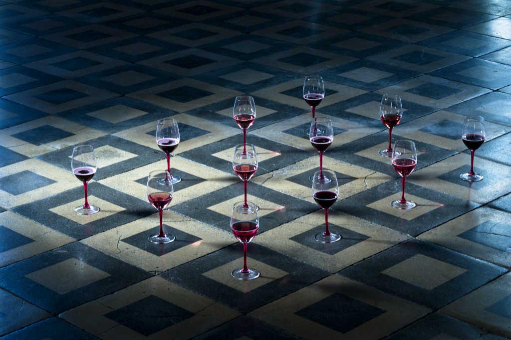 Bicchieri col vino in un mosaico. Wein-Plus Best of Lambrusco 2018. Foto: Consorzio Lambruschi Modenesi, Carlo Guttadauro