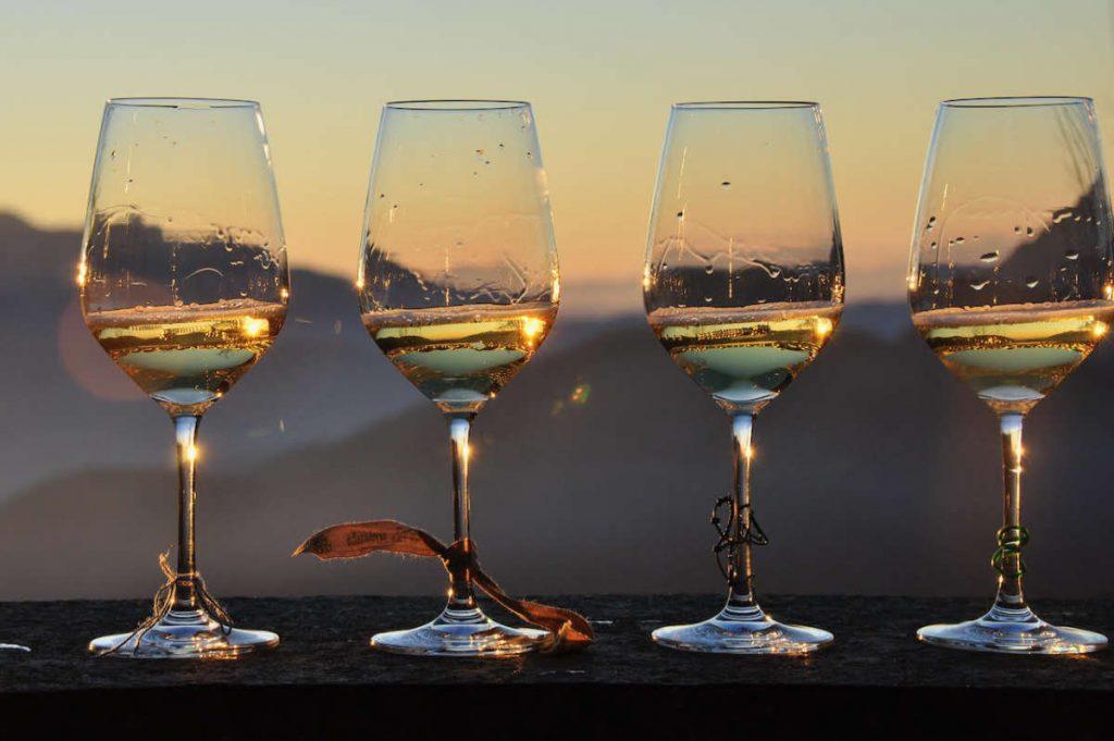 news 20 10 di wein.plus - si vede quattro calici di vino spumeggiante