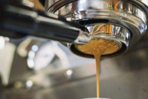 La macchina da caffè che fa un buon espresso allo stand del network del vino Wein-Plus al Prowein 2019. Wein-Plus Italia