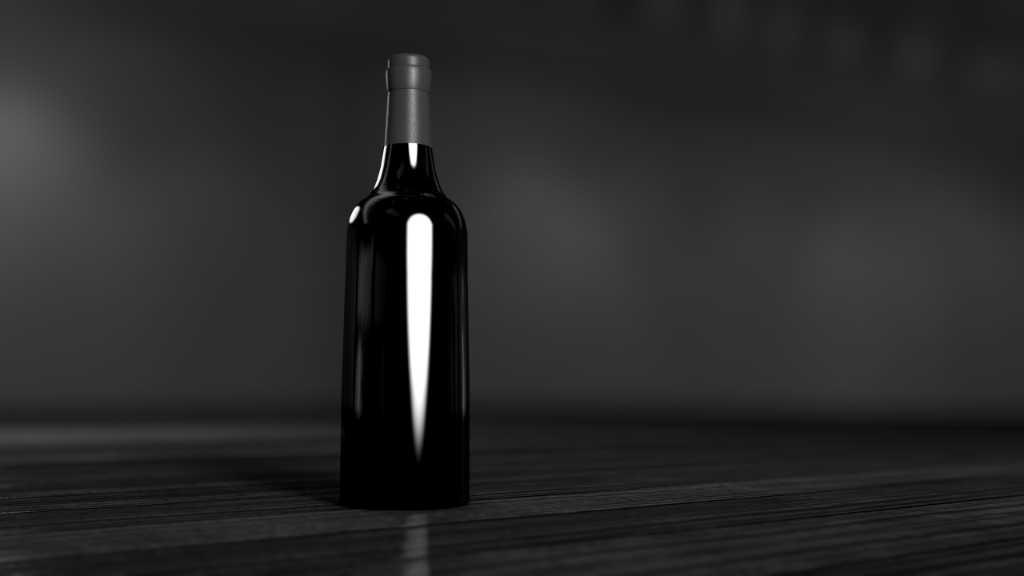 Fotografare le bottiglie è il nuovo servizio di Wein-Plus per le cantine. Si vede una bottiglia in bianco-nero in perfetto luce. Foto: Unsplash