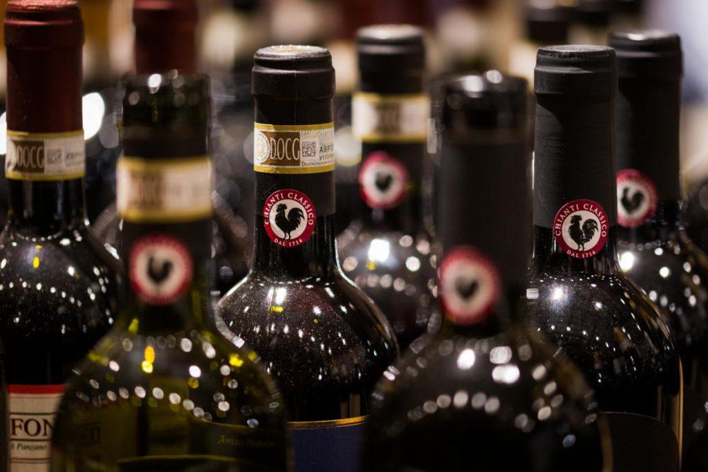 Best of Chianti Classico 2020 di wein.plus qui con le bottiglie scure con il famoso gallo nero