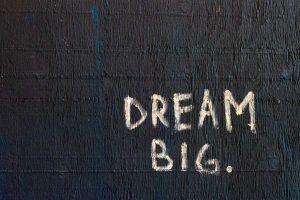 Dream big, come ü scritto qui bianco sul nero sul muro, con il find&buy bottone di wein.plus per vendere melgio il vino