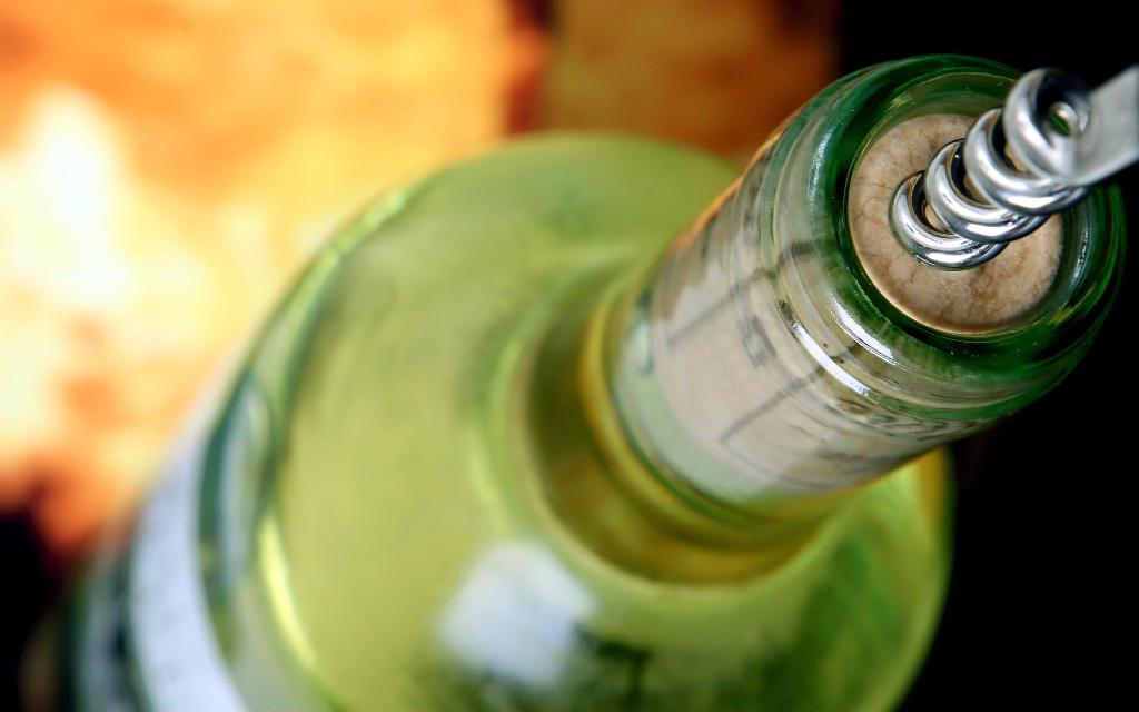 Una bottiglia di vino bianco che sta per essere apperta. Foto per l'articolo Focus Italia 2020 di Wein-Plus