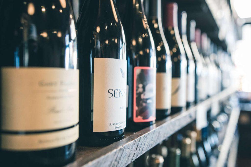 Il meglio dell'Italia 2019 – Wein-Plus Foto iniziale uno scaffale pieno di bottiglie di vini. Foto: Unsplash