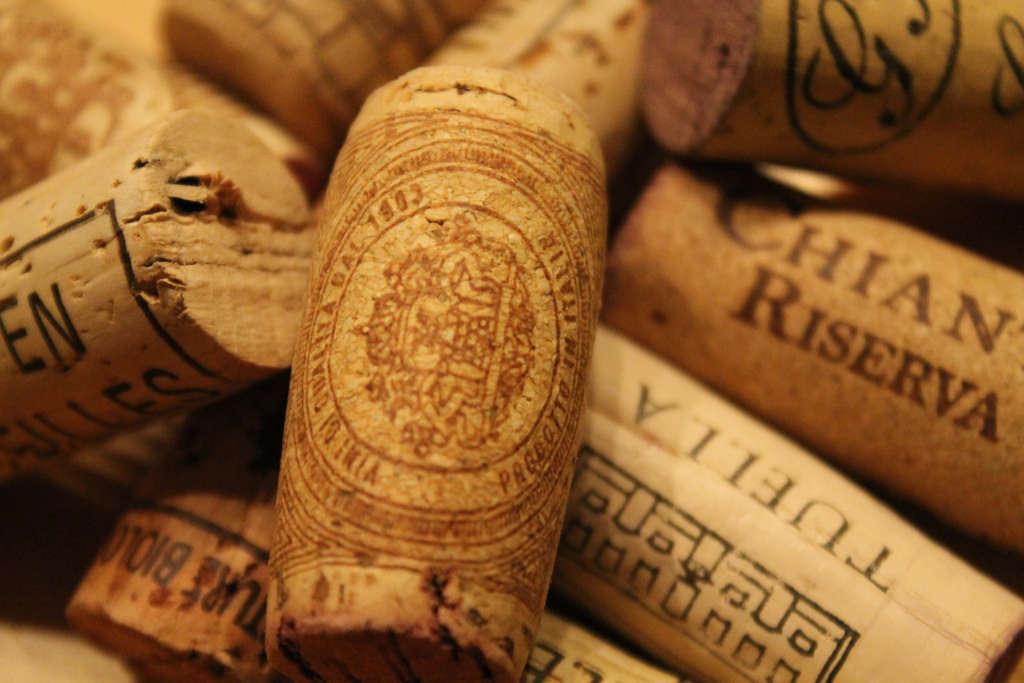 tappi di vini italiani raccolti dopo la degustazione dei vini. Illustrazione per l'articolo di Wein-Plus. Foto: Pixabay