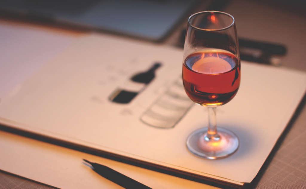 Un vino rosso in esame nel bicchiere. Desgustazione per la pregiata guida dei vini Wein-Plus - Il meglio dell'Italia 2019 – Foto: Unsplash