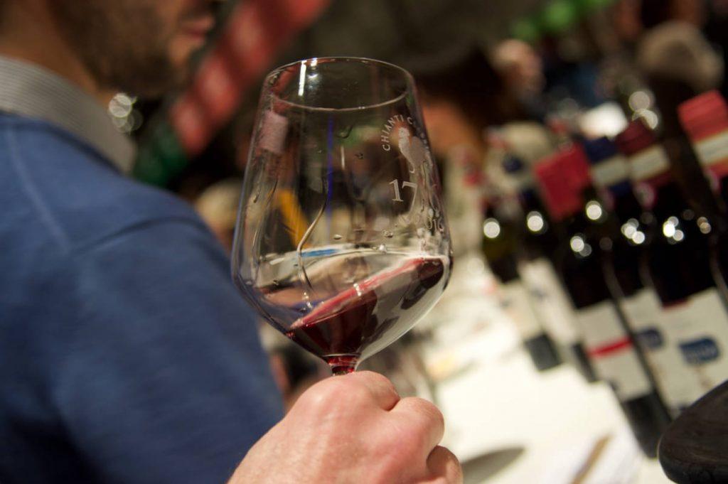 Il meglio dell'Italia 2020 degustato e recensito dalla piattaforma del vino wein.plus. Si vede un bicchiere di vino rosso in una situazione di degustazione libera (wein-plus degusta solo alla cieca però)