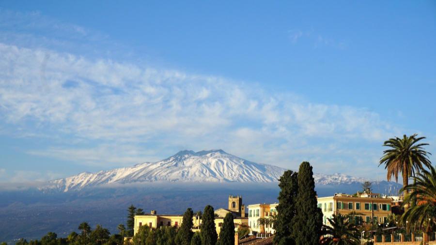 Il piano redazionale 2021 prevede anche l'uscita di un articolo sui i vini che crescono attorno l'Etna che vedi in foto.