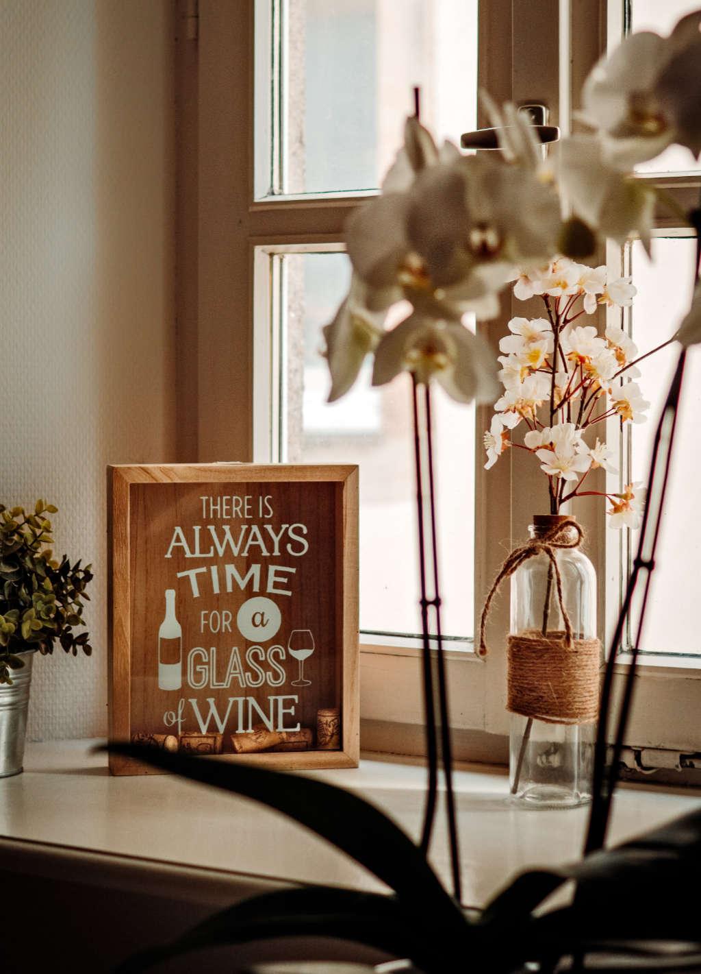 C'e sempre tempo a bere un bicchiere di vino, questo si legge nella foto a incoraggiare i viticoltori in difficoltà e wein-plus vi sta al fianco