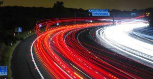 traffico sulle autostrada anche di sera per accellare il tuo business con la logistica del vino con i partner di wein.plus a basso costo