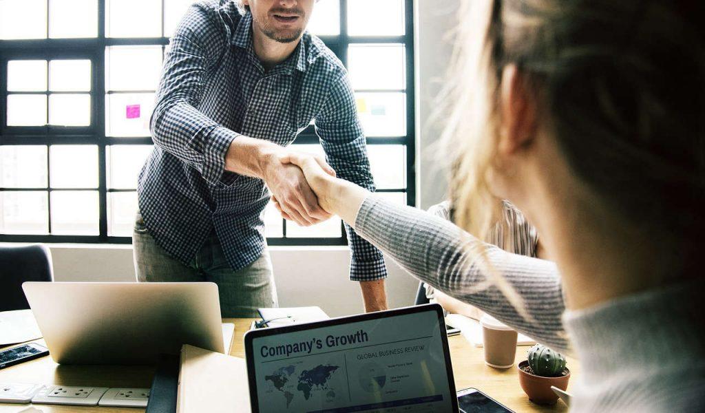 Due persone che accordono sulle strategie da adottare per le aziende durante le diverse crisi. Foto per le Wein-Plus News 20 07