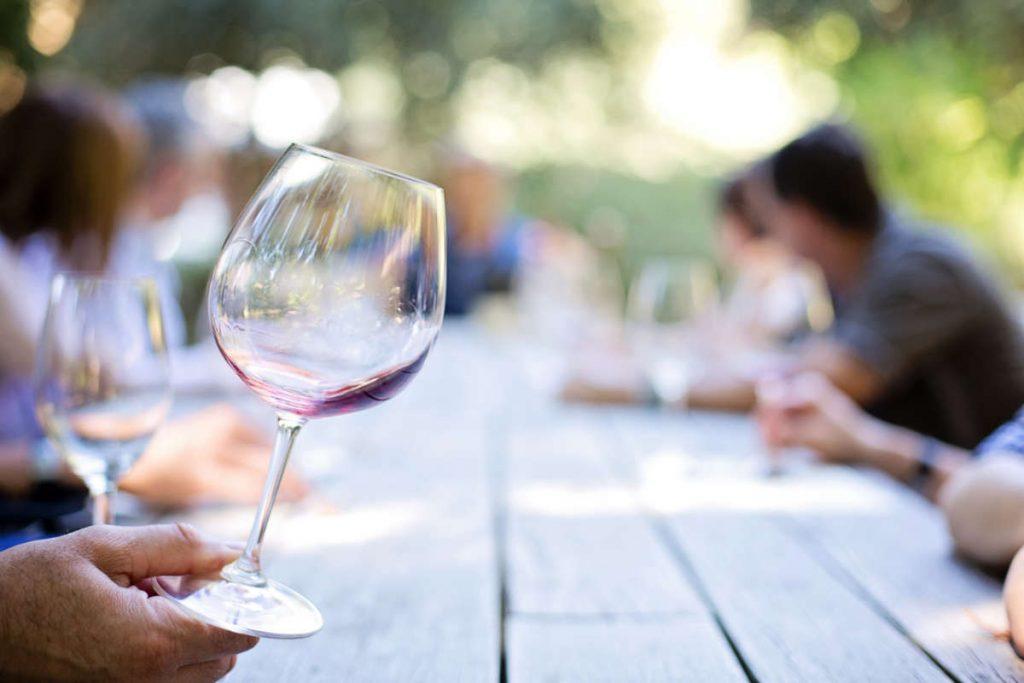 Un bicchere di vino vuoto perchè il vino era talmente buono. La guida vini Wein-Plus recensice tali vini eccellenti.