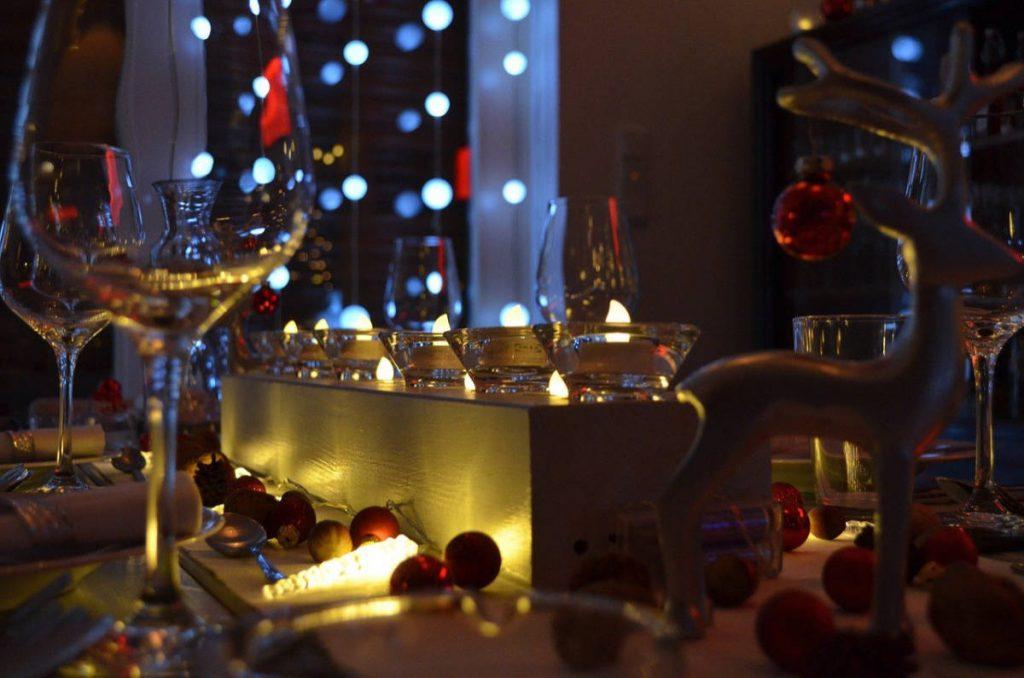 News 20 12 di wein.plus edizione Natale con una tavola festiva con i bicchieri di vino