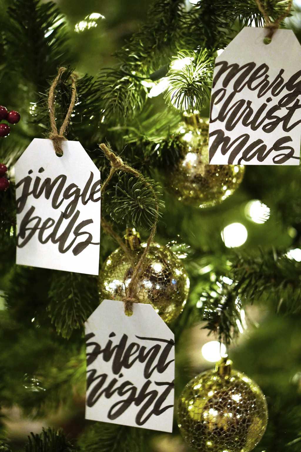News 20 12 di wein.plus con un albero di natale con i saluti natalizi: merry christmas